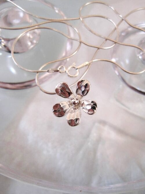 Silverhalsband med silverblomma
