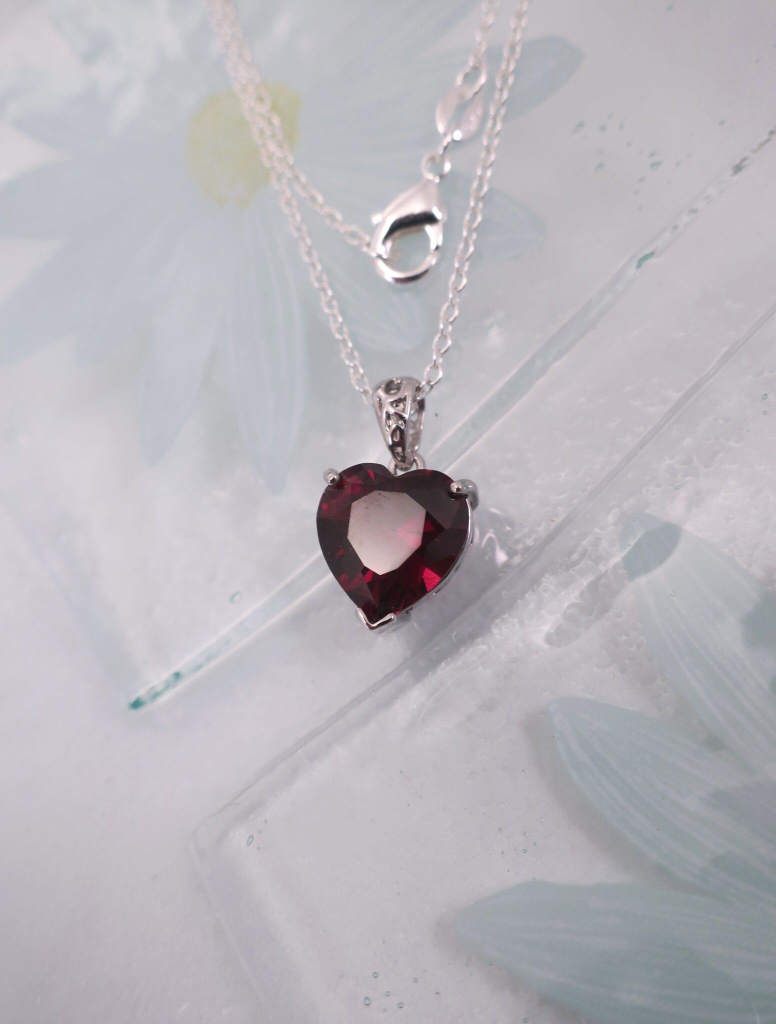 Granat hjärta på silverkedja halsband - Fasett