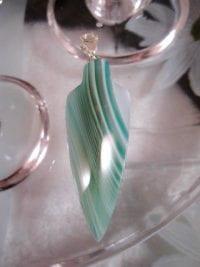 Bandagat hängsmycke med karbinlås - Grön/XL/Unisex