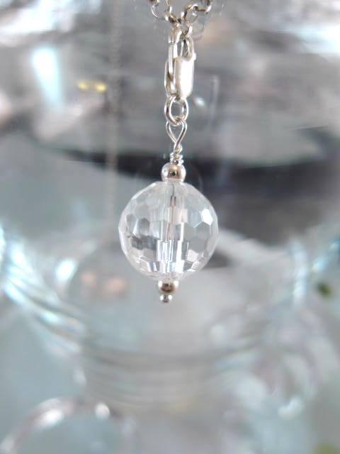 Berlock med karbinlås - Pärla/Bergskristall/Fasett
