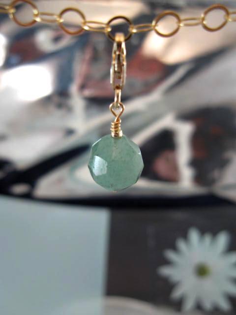 Guldberlock med karbinlås o Smaragdpärla - 14K GF