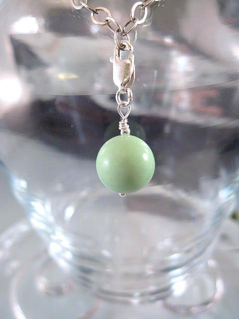 Berlock med karbinlås - Pärla/Howlit/Grön