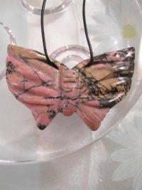 Rodonit fjäril hängsmycke på svart läderrem - Rosa