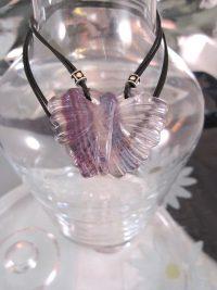 Fluorit fjäril hängsmycke på dubbel läderrem halsband