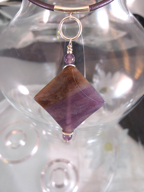 Jade o Ametist hängsmycke på lila läderrem halsband - Kant
