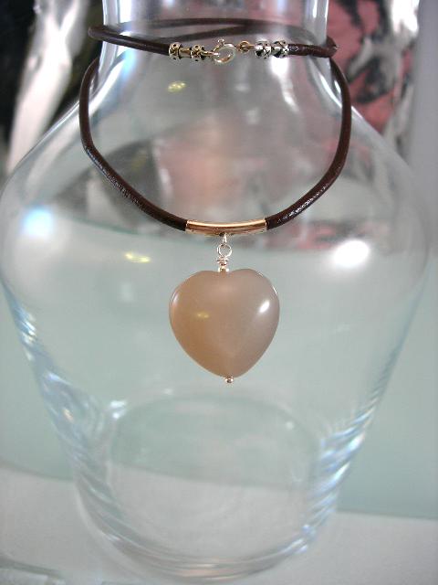 Solstenshjärta hängsmycke på läderrem halsband