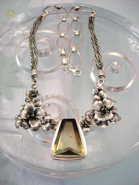 Silversmycken med ädelstenar