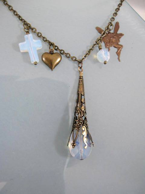 Antikbehandlat halsband med Opaliter - Kors/Hjärta/Älva