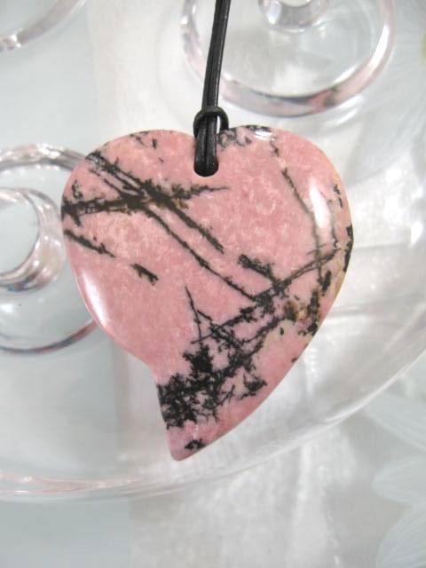 Rodonit hjärta hängsmycke på svart läderrem - Rosa