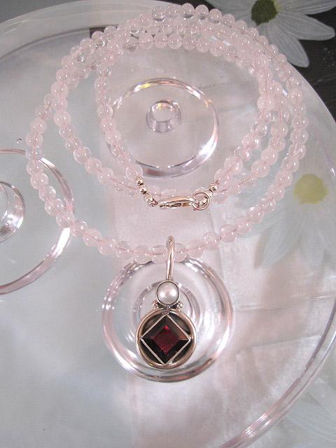 Rosenkvarts halsband med Granat o Sötvattenspärla hänge