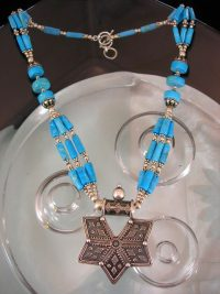 Turkoser halsband med silvermedaljong