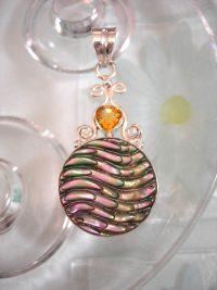 Abalone; Paua snäcka hängsmycke med Citrin - Snidat/Rund