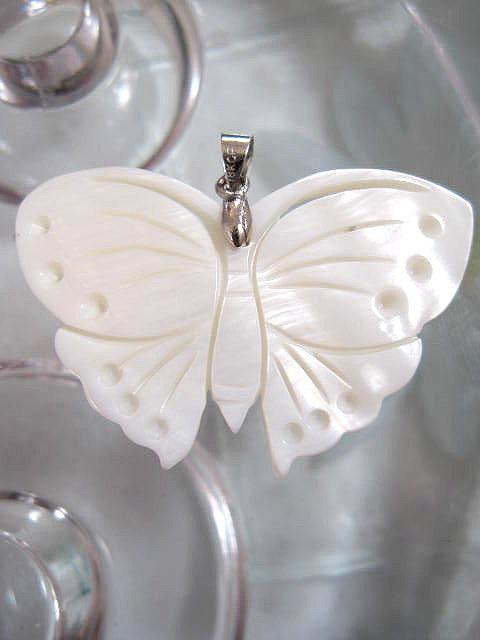 Bonus erbjudande 1000 - Pärlemor fjäril hänge - Vit/Djur