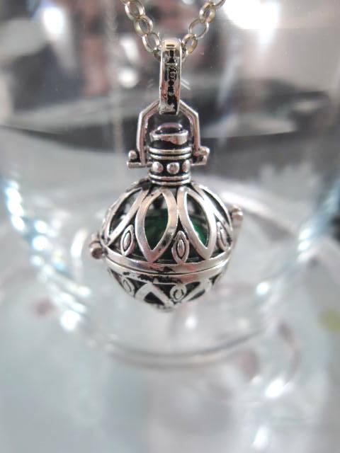 Sterling silver, öppningsbart hänge med utbytbar Grön harmonikula, 4,2 cm lång och 2,5 cm tjock som mest. Väger 11 gram.