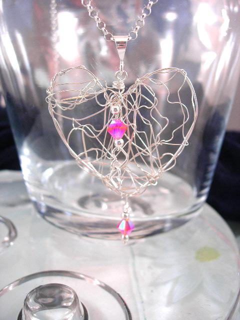 Trasselhjärta o Swarovski kristaller hängsmycke