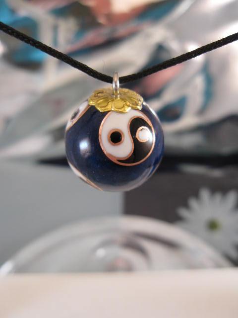 Långt halsband med harmonikula - Emaljerad/Cloisonne/Yin o Yang