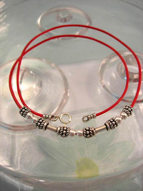 Läderrem 1 mm, halsband med silverstavar, silverpärlor - Röd/Berlock