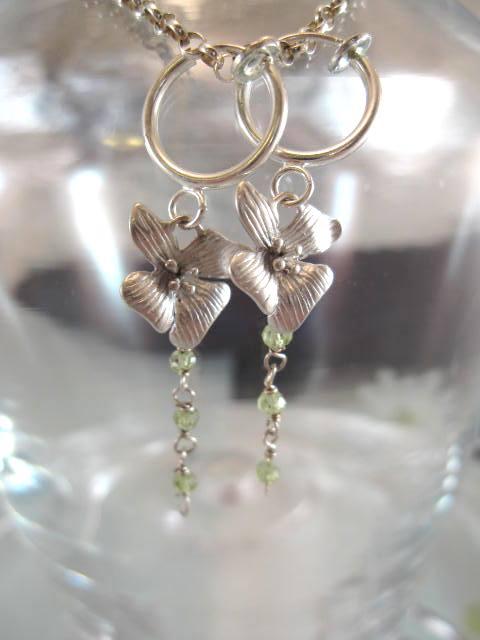Clips Creoler örhängen med Orkide o Peridoter ranka