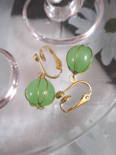 Clips örhängen med inlindade Kalcedoner - Grön/Guld
