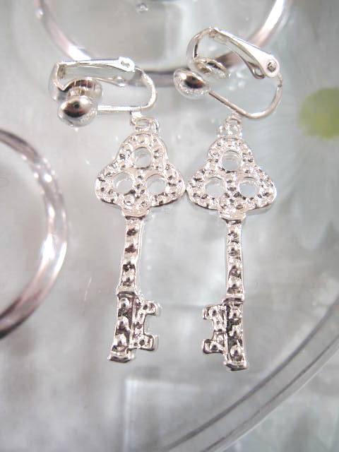 Clips örhängen med nyckel - Silverpläterade