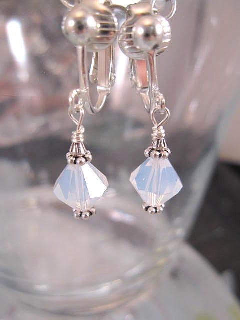 Clips örhängen med Swarovskikristaller - Ljusblå/Opalit/ Fasett