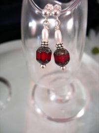 Bonus erbjudande 500 - Pärlemor o glas örhängen - Fasett/Röd