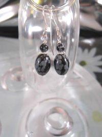 Snöflinge obsidian örhängen - Pärlor