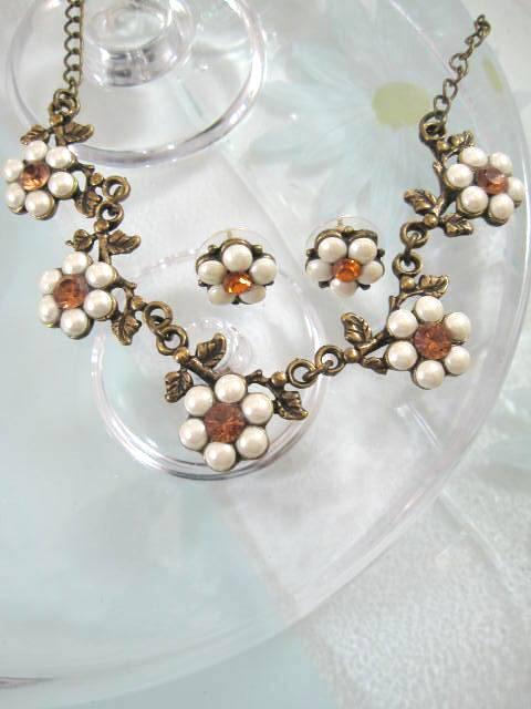 Smyckeset Antik halsband o örhängen med Sötvattenspärlor - Kristaller/Daisy
